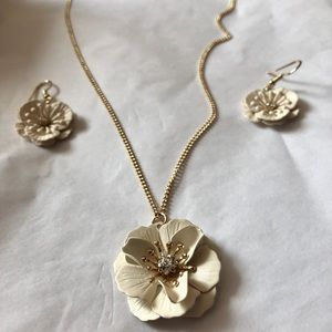 Necklace and earrings set.